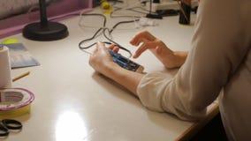 Weibliche Hände mit Smartphone stock video