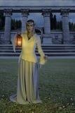 Weibliche hohe Elfe mit Laterne nachts Lizenzfreies Stockfoto
