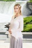 Weibliche hohe Elfe mit Wasserfall Stockfotografie