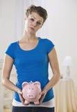 Weibliche Holding-Piggy Querneigung Stockbild