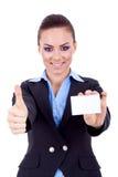 Weibliche Holdingleerzeichen-Visitenkarte Lizenzfreie Stockbilder