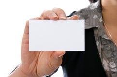 Weibliche Holdingleerzeichen-Visitenkarte Stockfotos
