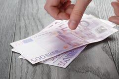 Weibliche jugendlich Handzählungs-Eurobanknoten Lizenzfreie Stockbilder