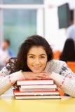 Weibliche Jugendstudenten-In Classroom With-Bücher lizenzfreie stockfotografie