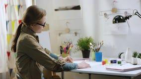 Weibliche Künstlerzeichnung Yong von der Tabelle stock video