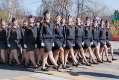 Weibliche Kadetten der Polizeischule marschierend auf Parade Stockfotografie