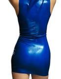Weibliche Karosserie im blauen glänzenden Latexkleid Lizenzfreies Stockfoto