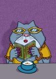 Weibliche Katze liest ein Buch über Hunde stockfotos