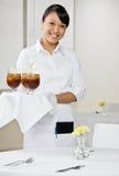 Weibliche Kellnerin mit Tellersegment der Getränke Stockfoto