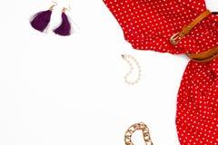 Weibliche Kleidung und Zubehör der flachen Lage auf weißem Hintergrund Stockbilder