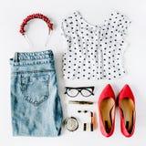 Weibliche Kleidungs- und Zubehörcollage der flachen Lage mit Hemd, Jeans, Gläser, Wimperntusche, Lippenstift, rote Schuhe des hoh stockfoto
