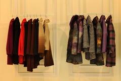 Weibliche Kleidvertretung Lizenzfreies Stockbild
