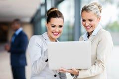 Weibliche KollegeLaptop-Computer lizenzfreie stockfotografie