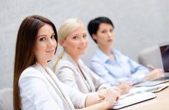 Weibliche Kollegen behandeln Unternehmensplan Stockfotos