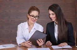 Weibliche Kollegen, die Ideen über Arbeit teilen Lizenzfreie Stockbilder