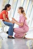Weibliche Krankenschwester-anbietenberatung zu deprimierter Frau Lizenzfreie Stockfotografie