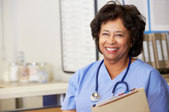 Weibliche Krankenschwester an der Krankenschwester-Station Stockbild
