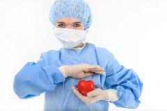 Weibliche Krankenschwester, die ein Inneres anhält lizenzfreie stockfotografie
