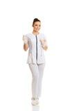 Weibliche Krankenschwester, die einen Tropfenfänger hält Lizenzfreies Stockbild