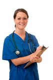 Weibliche Krankenschwester mit Stethoskop und Klemmbrett stockfotografie