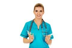 Weibliche Krankenschwester oder Doktor, die eine Einspritzung vorbereiten Lizenzfreie Stockfotografie