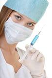Weibliche Krankenschwester Showing eine Spritze mit blauer Flüssigkeit Stockbild