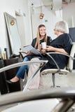 Weibliche Kunden, die in Friseursalon warten Lizenzfreie Stockfotografie