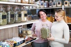 Weibliche Kunden, die verschiedene Kräuter vorwählen Lizenzfreie Stockbilder