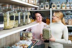 Weibliche Kunden, die verschiedene Kräuter vorwählen Lizenzfreies Stockbild