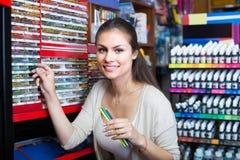 Weibliche Kundensammelnbleistifte im Kunstspeicher Lizenzfreies Stockbild