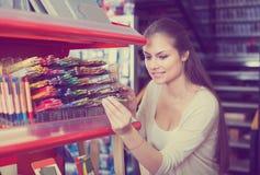 Weibliche Kundensammelnbleistifte im Kunstspeicher Stockfoto