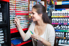 Weibliche Kundensammelnbleistifte im Kunstspeicher Stockfotos