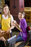 Weibliche Kursteilnehmer, die heraus durch Bibliothekscomputer hängen Lizenzfreies Stockbild