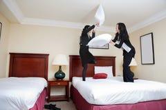 Weibliche Leitprogramme, die Kissen-Kampf spielen stockfotos