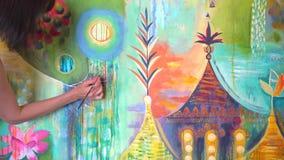 Weibliche Mädchenhand der Künstlerin, die bunte Malerei mit Bürste auf Segeltuch im Kunststudio zeichnet Die Hand der Frau mit Bü stock video