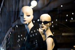 Weibliche Mannequinpuppe zeigte n das Shopfenster mit Stadt refl an lizenzfreie stockbilder