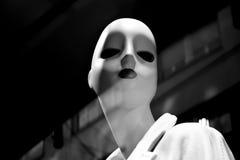 Weibliche Mannequinpuppe zeigte n das Shopfenster mit Stadt refl an lizenzfreies stockbild