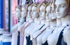 Weibliche Mannequins mit Schnur um Hals Stockfotos