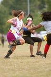 Weibliche Markierungsfahnen-Fußball-Spieler-Lack-Läufer mit Kugel Lizenzfreies Stockfoto