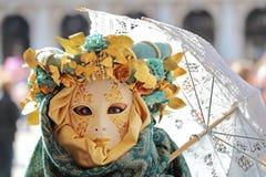 Weibliche Maske mit Regenschirm am Karneval von Venedig Stockbild