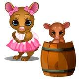 Weibliche Maus im rosa Kleid und in der Babymaus, die im hölzernen Fass badet Stockfotos