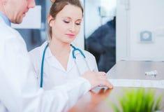Weibliche medizinische Arbeitskraft lizenzfreies stockbild