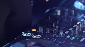 Weibliche mischende Musik unter Verwendung DJ-Mischers, Hände drückt die Knöpfe stock video