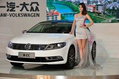 Weibliche Mode-Modelle und VW in der Chengdu-Internationalautomobilausstellung Lizenzfreie Stockbilder