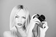 Weibliche Mode, Schönheit und Anzeigenkonzept Hübscher Mädchenphotograph mit Retro- Kamera Lizenzfreies Stockbild