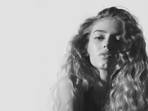 Weibliche Mode, Schönheit und Anzeigenkonzept Nettes girlwith junges Gesicht und natürliches blondes, langes, gewelltes Haar Stockfotos
