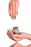 Weibliche Nägel mit Kieseln Lizenzfreies Stockfoto