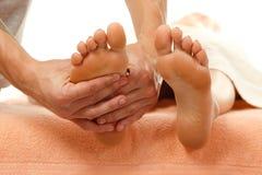Weibliche Nahaufnahme des Massagefußes lokalisiert auf Weiß lizenzfreie stockfotos