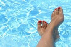Weibliche nasse Füße Stockfotografie