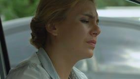 Weibliche nehmende Drogen für Migränen, Kopfschmerzenschmerzlinderungsmedizin, psychische Gesundheit stock footage